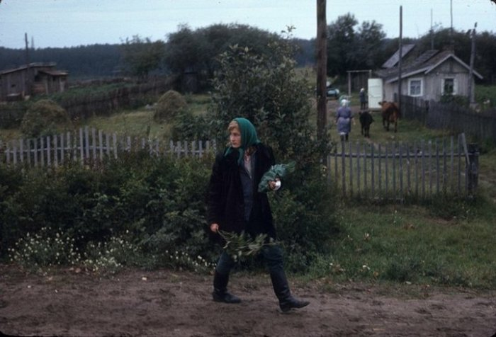 Деревенская девушка на проселочной дороге.