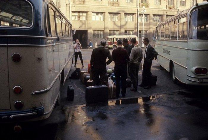 Группа иностранных туристов собралась перед гостиницей «Октябрьская» со своим багажом.