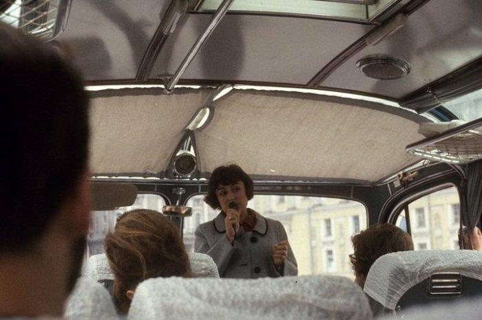 Гид рассказывает иностранным туристам о достопримечательностях города-героя.