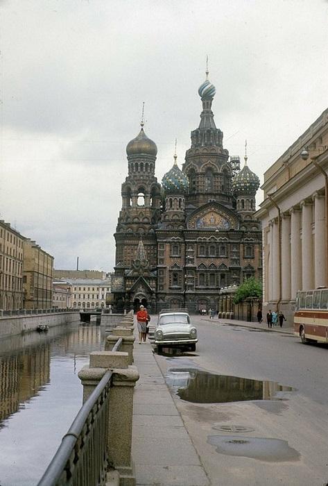 Практически пустой Невский проспект перед величественным мемориальным православным храмом.