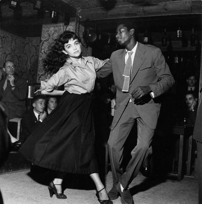 Пара, танцующая би-боп в театре Vieux Colombier в Париже, 1951 год.