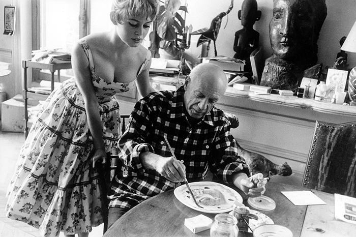 Бриджит Бордо в мастерской Пабло Пикассо, наблюдает за работой великого художника.