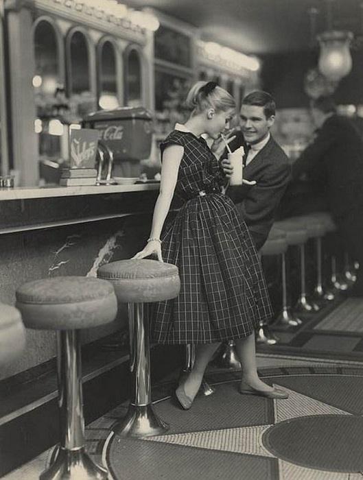 Девушка в роскошном платье на свидании в кафе, 1950-е годы.