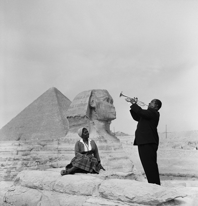 Луи Армстронг играет для своей жены перед Сфинксом, 1961 год.