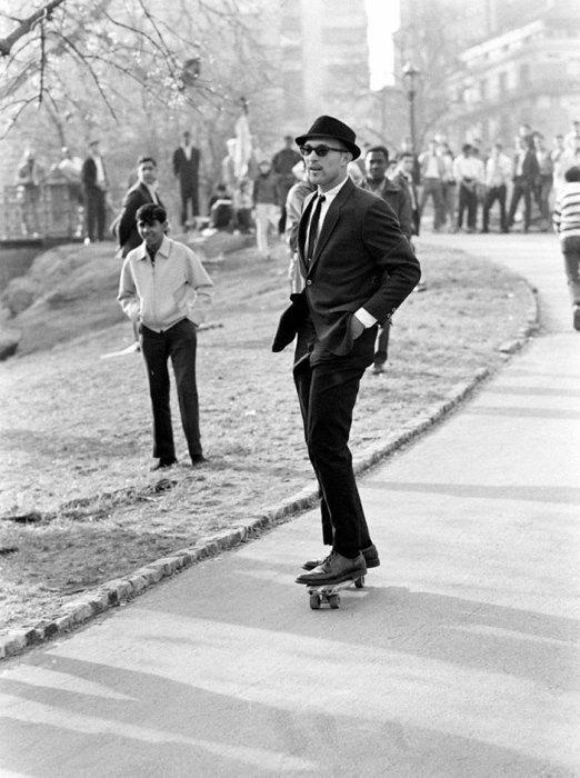 Мужчина в костюме и темных очках едет на скейтборде, 1965 год.