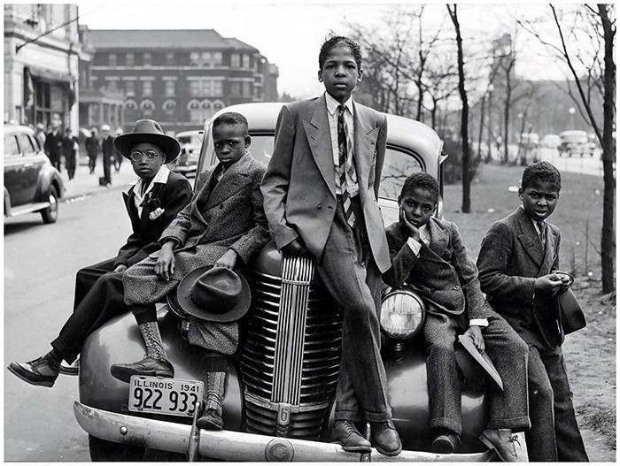 Подростки позируют на фоне авто в Чикаго, 1941 год.