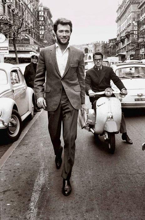 Клинт Иствуд прогуливается по Риму, 1960-е годы.