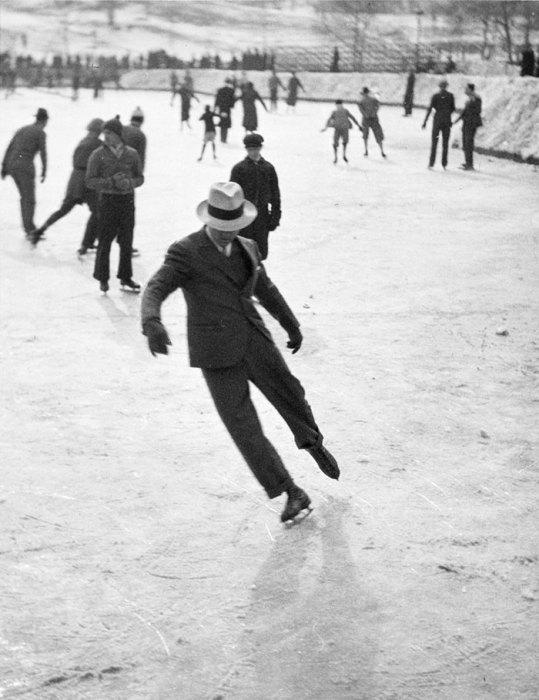 Мужчина, катающийся на коньках, 1937 год.