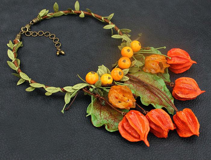 Мастерица Жанна Барановска (Janna Baranovska) с легкостью превращает полимерную глину в листья клена, цветы, ягоды и гранаты.
