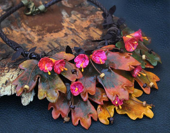Все детали яркого и массивного ожерелья сделаны вручную из полимерной глины, натуральной кожи и вощеных шнуров.