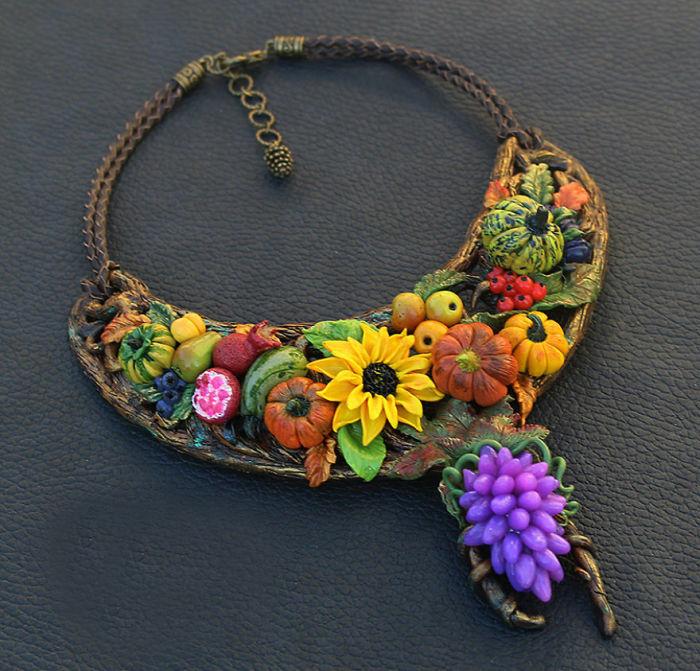 Яркое и оригинальное украшение с осенними фруктами и овощами, выполнено из полимерной глины, проволочной основы и кожаных шнуров.
