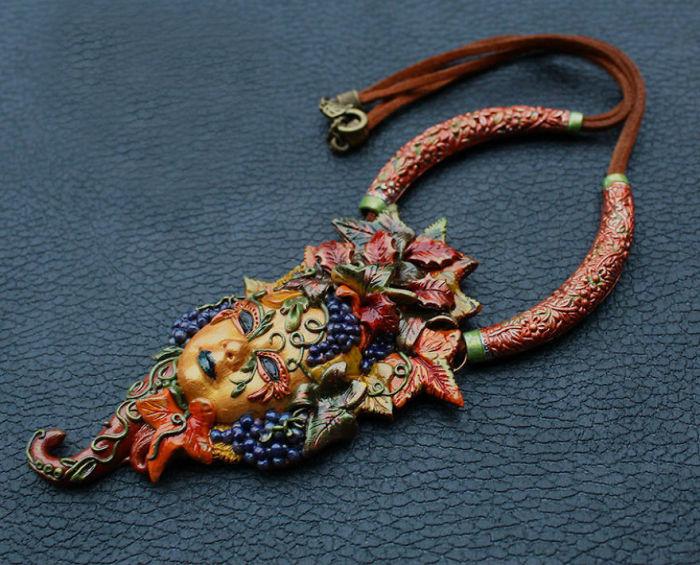 Яркое осеннее украшение, которое мастерски выполнено из полимерной глины, обязательно дополнит чей-то оригинальный образ.