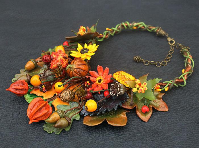 Яркое и оригинальное ожерелье в цветах осени из полимерной глины, проволоки и кожаных шнуров создано вручную талантливой мастерицей.