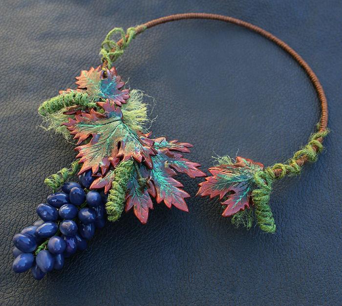 Крупное и объемное ожерелье в стиле бохо для смелых и оригинальных красавиц.