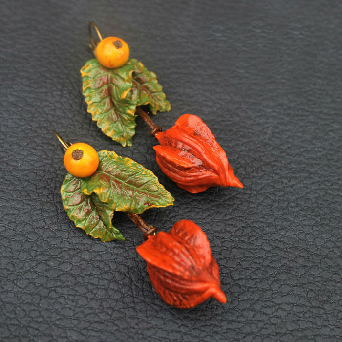 Оригинальные серьги ручной работы, созданные в стиле бохо, выполнены из полимерной глины, вощеных хлопчатобумажных шнуров и металлической основы.