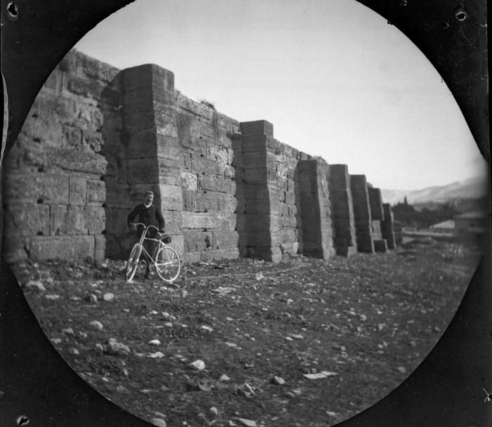 Уильям возле участка стены храма Зевса Олимпийского.