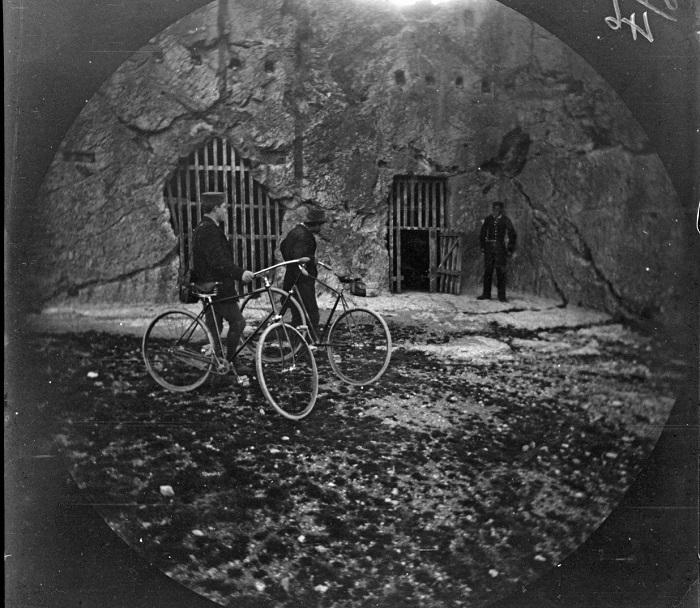 Уильям Захтбелен и Том Аллен возле тюрьмы Сократа.
