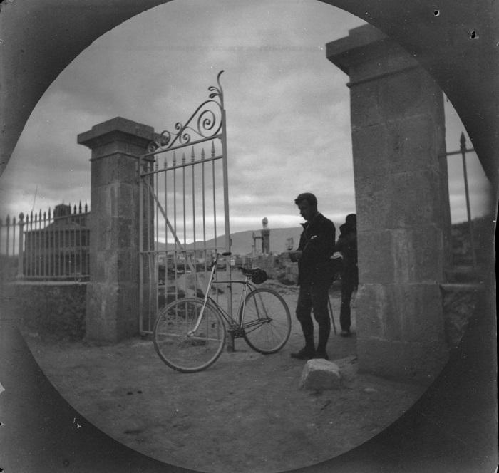 Уильям Захтбелен возле современных ворот ограды улицы Гробниц.