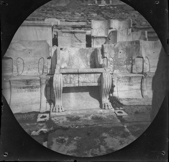 Кресло второго мужа богини Ариадны.