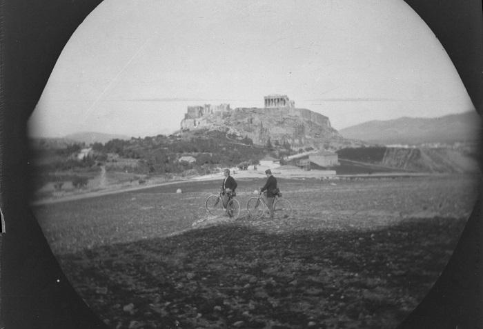 Мужчины на Холме Филопаппа с Акрополем на дальнем плане.