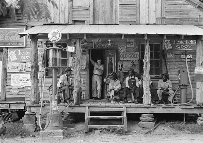 Небольшой деревянный магазинчик предоставляет услуги по заправке керосином и бензином. Гордонтон, Северная Каролина, 1939 год.