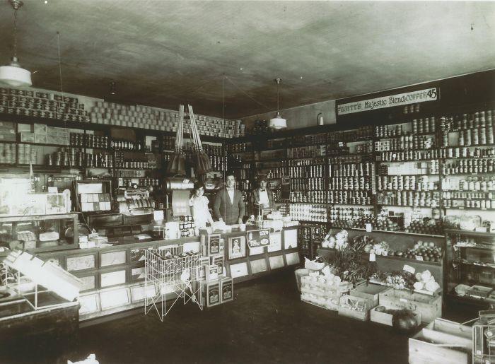 Интерьер продовольственного магазина в Бремертоне. Вашингтон, 1925 год.