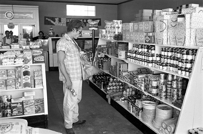 Американский актер Джеймс Дин рассматривает товары первой необходимости. Марфа, Техас, 1955 год.