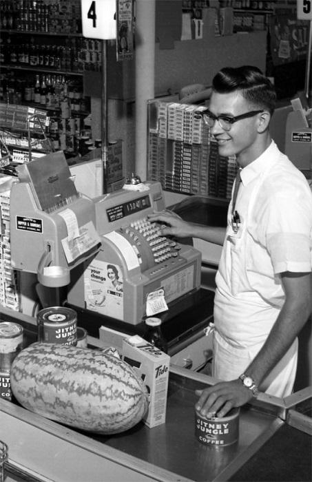Кассир приветливо улыбается покупателям. В Таллахасси, Флорида, 1962 год.