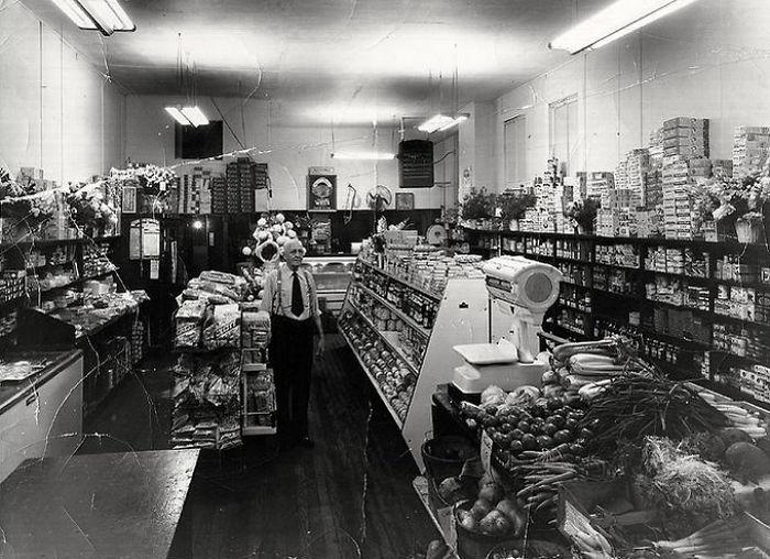 Небольшой магазинчик с широким ассортиментом товаров. Эвансвилл, 1960 год.