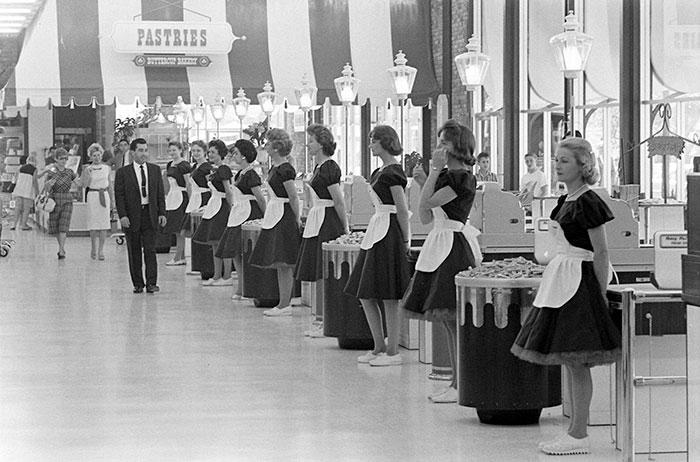 Кассиры в униформе перед началом рабочего дня в The Piggly Wiggly Continental. Энсино, Калифорния, 1962 год.