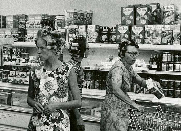 В продуктовом отделе полки заставлены продукцией от известных  брендов да так много, что посетители растерялись. 1960-е годы.