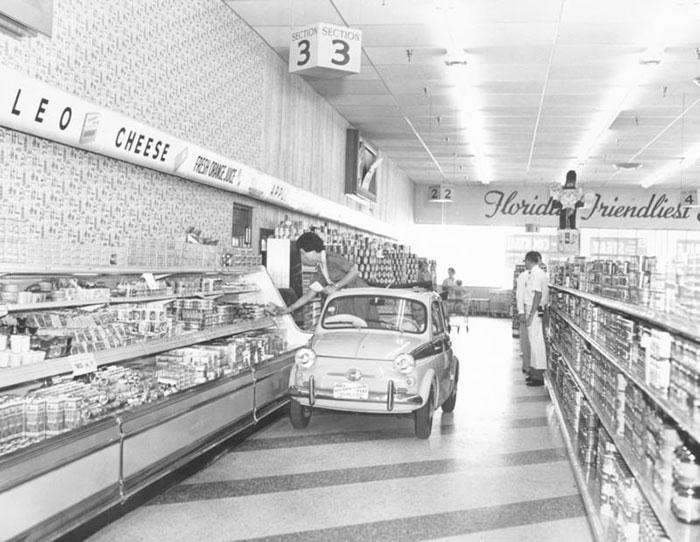 Супермаркеты «Publix» с широкими проходами и личным ассистентом, который помогает выбирать продукты разных фирм. 1957 год.