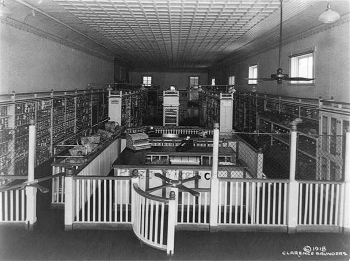 Вот так выглядел первый продуктовый магазин самообслуживания, который был открыт в 1916 году. Мемфис, штат Теннеси, 1918 год.