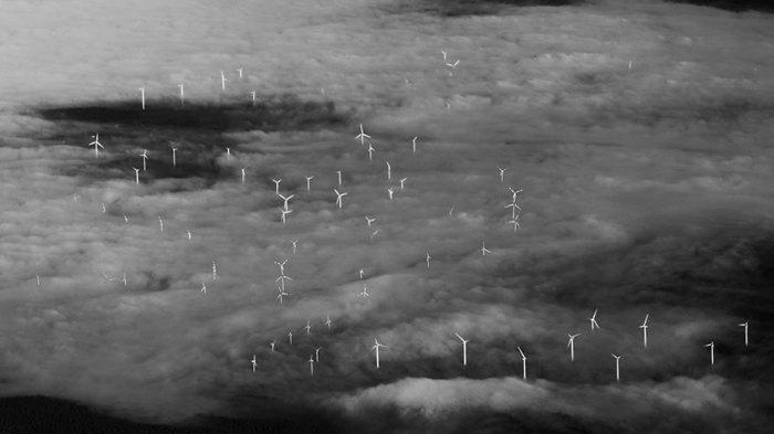 Ветряные мельницы, скрытые за облаками.