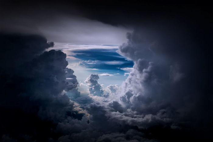 Можно только догадываться, какие эмоции испытывают пилоты, наблюдая такую красоту.