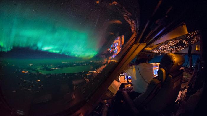 Невероятно красивый вид из кабины пилота на ночной город.