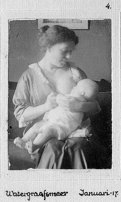 Для малыша нет ничего лучше, чем теплые заботливые мамины руки.