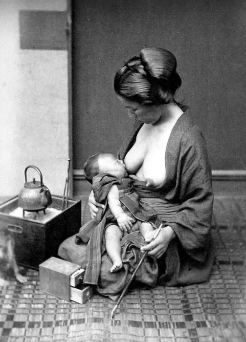 Кормить малыша принято грудью долго, вплоть до появления следующего ребенка.