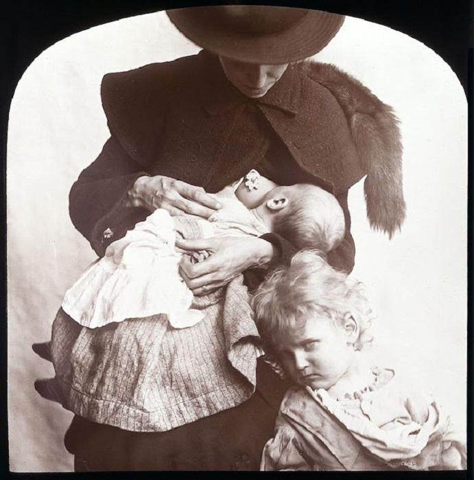 Кормление грудью вошло в моду, особенно среди обеспеченных и образованных людей.