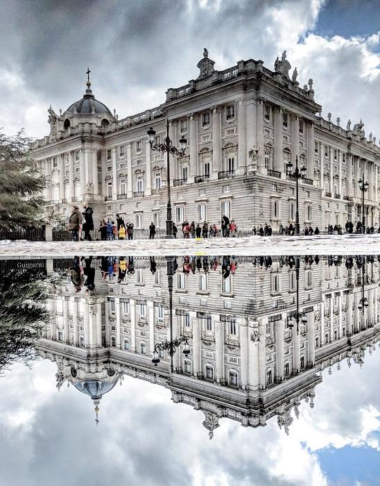 Официальная резиденция королей Испании в западной части Мадрида, отраженная в луже.