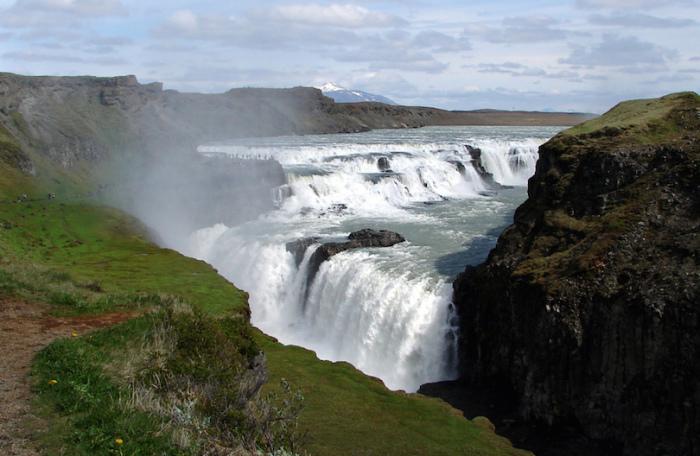 «Золотой водопад» на ледниковой реке.