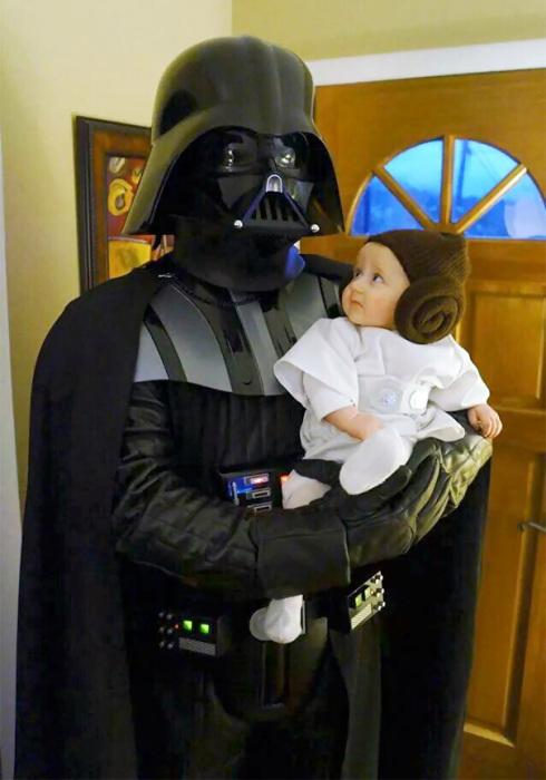 Страшный Дарт Вейдер с маленькой принцессой Лией на руках.