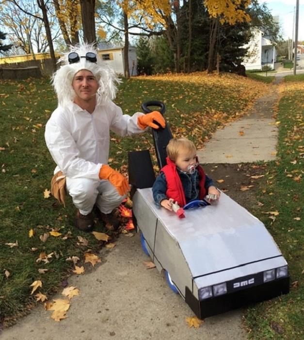 Довольны все: и папа, и мама, которая фотографирует, а самое главное-это чадо, у которого появился новый автомобиль.