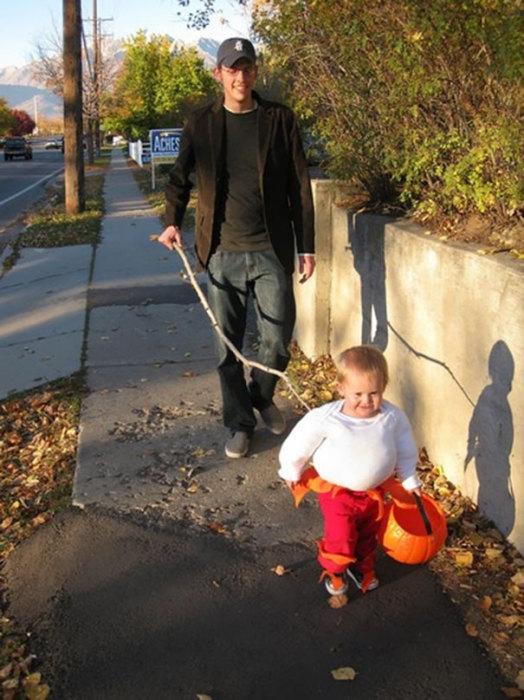 Что бы малыш далеко не убежал или не потерялся отец придумал необычный костюм.