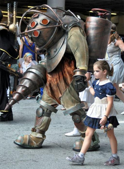 Образ пришельца с далекой планеты и маленькой девочки в синем платье.