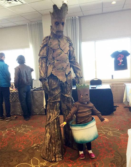 Огромных размеров древо-папа и малыш в цветочном горшке.