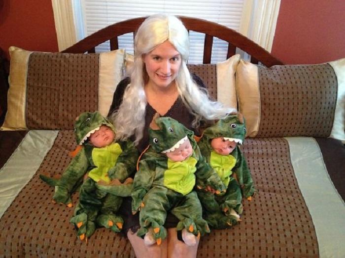 Трое близнецов переодеты на Хеллоуин в маленьких зелененьких дракош и битва за престол продолжается.