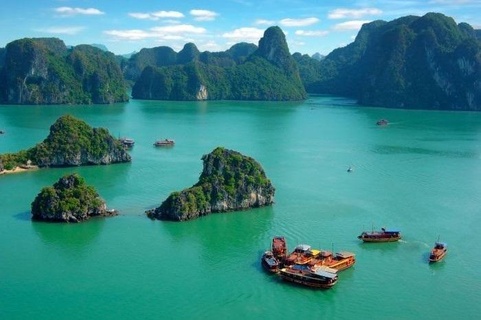 Бухта Халонг - множество островков и километры живописного побережья во Вьетнаме.