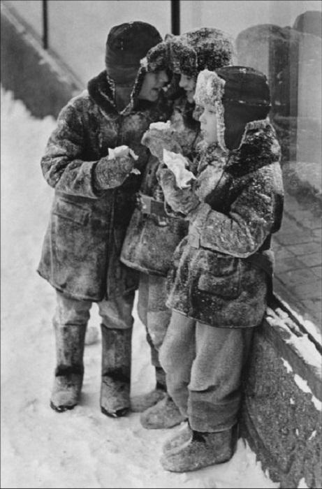Зимой вместо мороженого были «вкусные» сосульки.