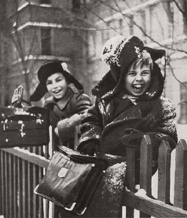 Дети радуются первому снегу.